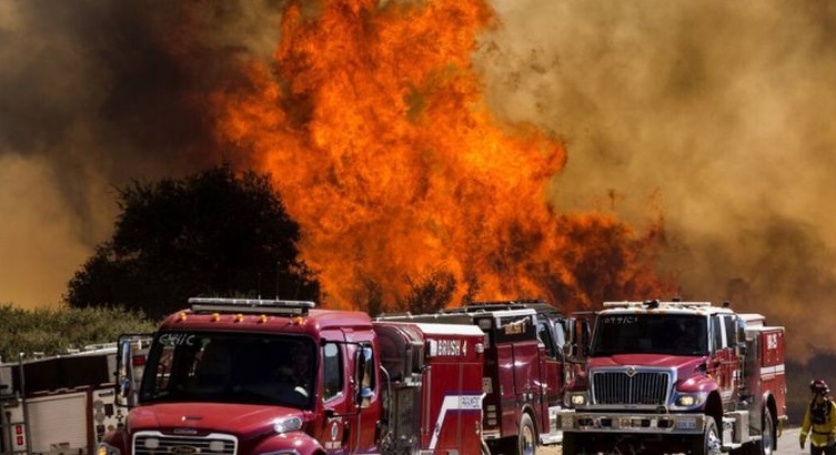 Η τεράστια πυρκαγιά στην Καλιφόρνια αναγκάζει 8.000 ανθρώπους να εγκαταλείψουν τα σπίτια τους (video)