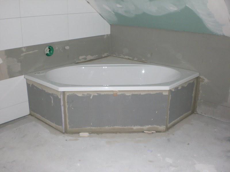 Ein Massivhaus entsteht: Badewanne eingebaut, Bad fertig zum Fliesen