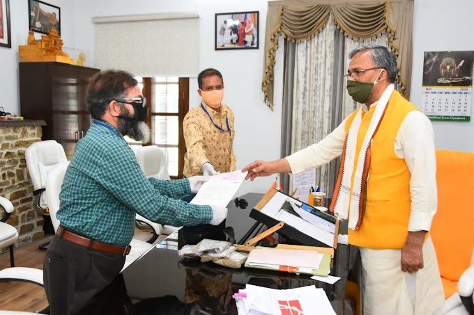 कोरोना के संकट में कुर्मांचल परिषद के अध्यक्ष कमल सिंह रजवार ने सीएम को सौंपा 3 लाख-72हजार का चेक