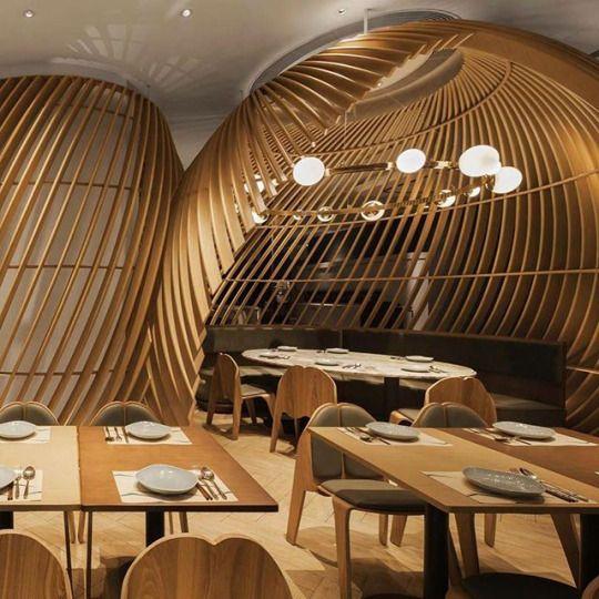 Wyspa w restauracji wystrój drewniany z listewek cnc
