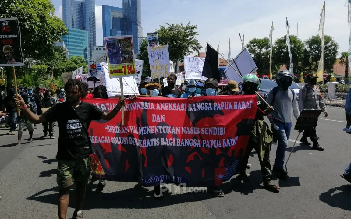 Panas! Mahasiswa Papua Gelar Aksi di Surabaya Diadang Massa Pimpinan Stanley
