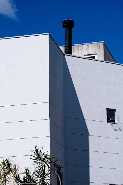 Detalhes do canto de uma casa, com linhas, sombras, formas