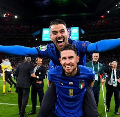 Spinazzola e Jorginho festeggiano la vittoria dell'Italia