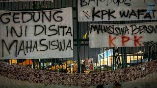 Tulisan Kocak Waktu Demo Mahasiswa di Depan Gedung DPR 13