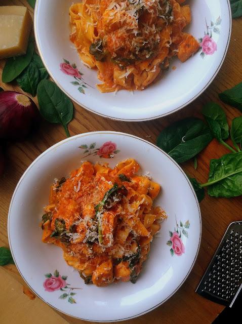 Makaron z kurczakiem w sosie pomidorowym / Pasta with Chicken and Creamy Tomato Sauce