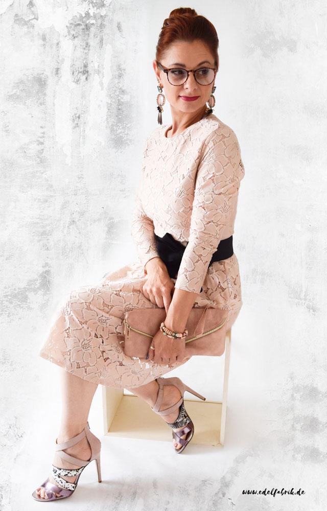 die edelfabrik, look, kleid aus rosa spitze mit high Heels