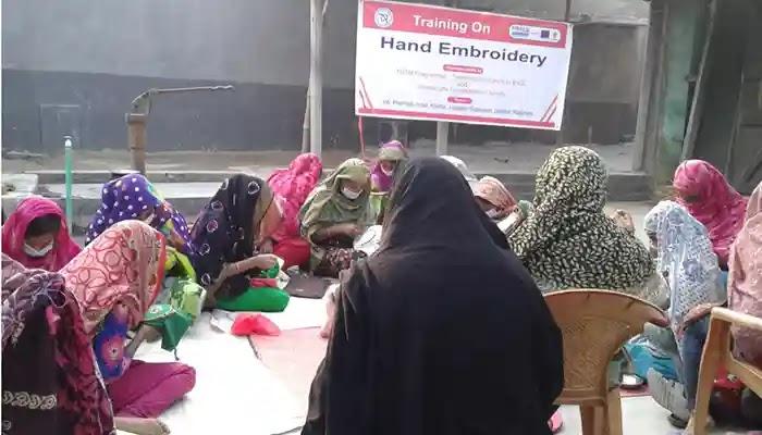নারীদেরকে প্রিজম প্রকল্পের বাটিক ও হ্যান্ড এমব্রয়ডারি প্রশিক্ষণ
