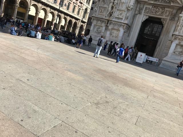 イタリア・ミラノのドゥオーモ前