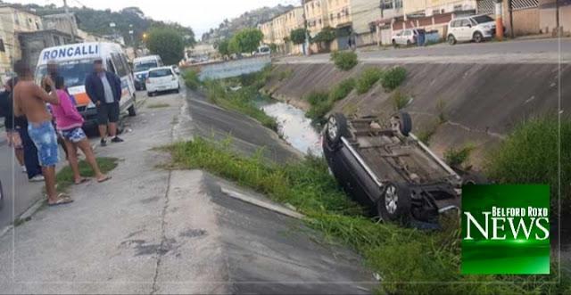 Van colide em carro que é arremessado para dentro de canal em Belford Roxo