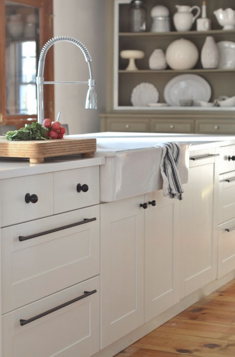 A clean and tidy kitchen allows you to enjoy cooking and baking with your family.  Learn tips for getting your house to look this way at www.andersonandgrant.com.  (Image via The Nester)