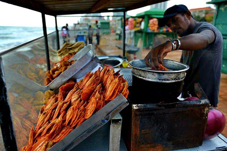 Ada insanları yalnızca özel günlerde lokantada yemek yer, çünkü yemek hazırlamanın şeref olduğuna inanır.