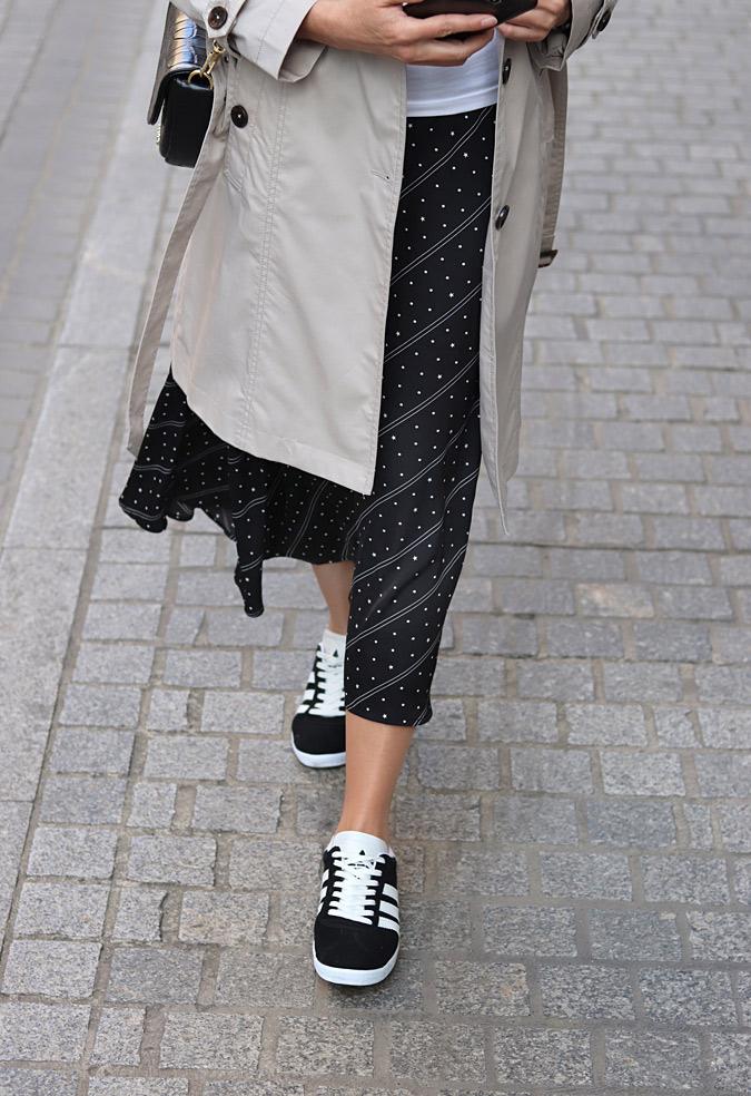 stylizacje plisowana spódnica i sneakersy adidas gazelle