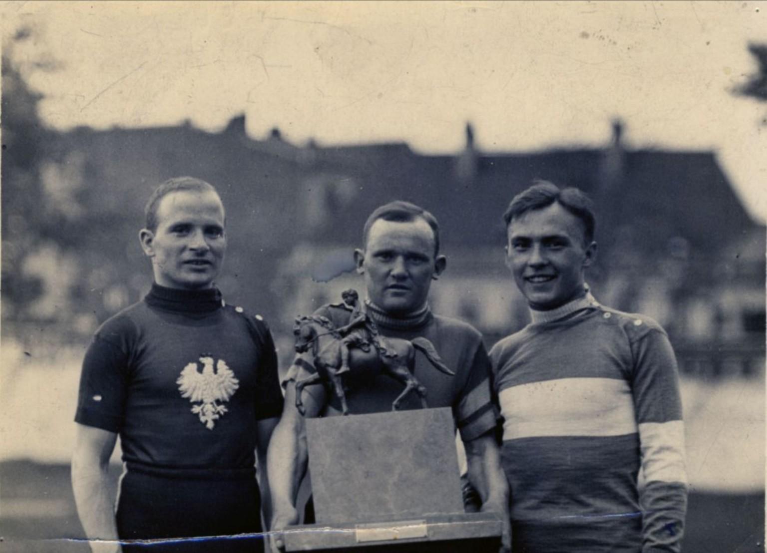 Feliks Więcek wygrywa Pierwszy Bieg Kolarski Dookoła Polski, nazwany później Tour de Pologne