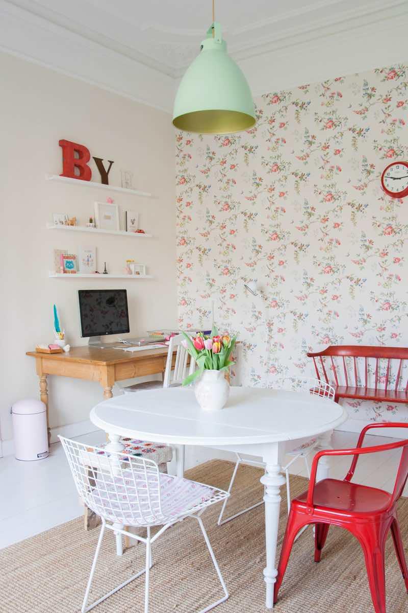 detalle papel pintado floral en el salón