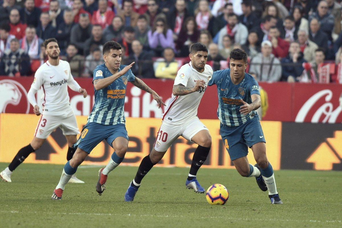 El ambiente futbolero está en Sevilla al cien por cien. Los seguidores del  club de Nervión disfrutan con su equipo porque las ambiciones son muy  grandes. 859f3e678cfc0