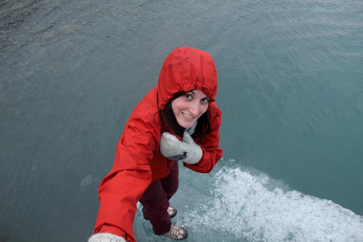 Lena subida a un pequeño iceberg en Jökulsárlón