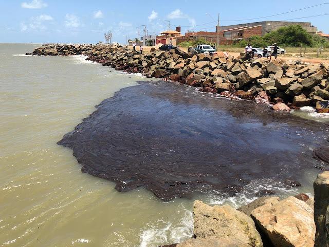 Praia dos artistas é interditada após surgimento de manchas de óleo