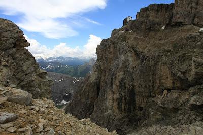 Rifugio Lagazuoi is on the cliff and is the starting point.