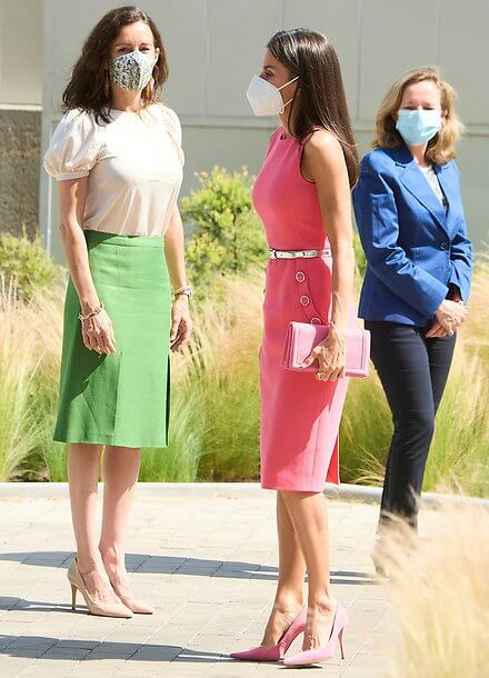 Queen Letizia wore a button detail stretch wool pink dress from Michael Kors. Pink clutch and pink pumps