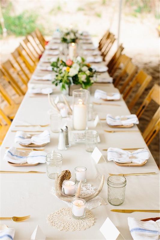 gran mesa decorada con madera de deriba y velas en vaso chicanddeco