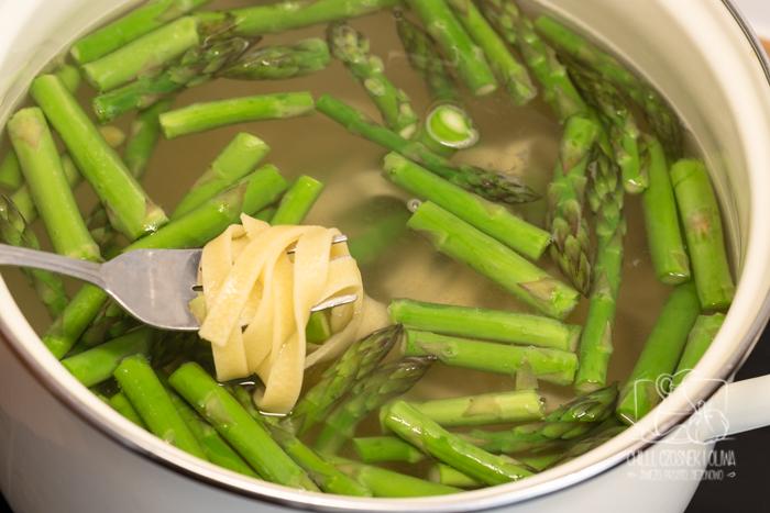 Makaron ze szparagami i szpinakiem w kremowym sosie z gorgonzolą - przepis