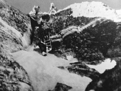 Expedición china de 1975 superando el Segundo Escalón del Everest gracias a la escalera recién instalada