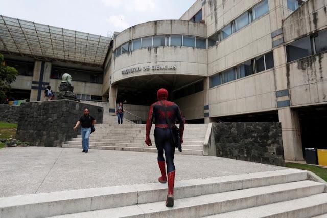 Conoce al maestro imparte clases vestido de Spiderman