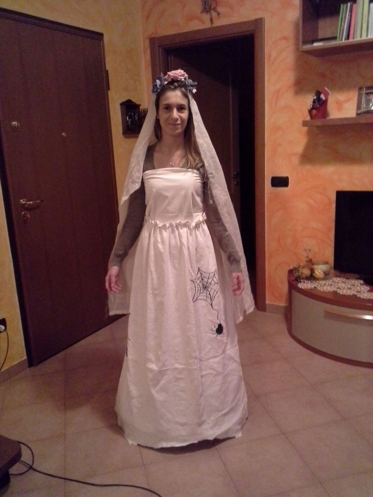 Ecco pronto il mio vestito da sposa cadavere. Un leggero trucco fatto con  ombretti azzurri c103c24b3cf