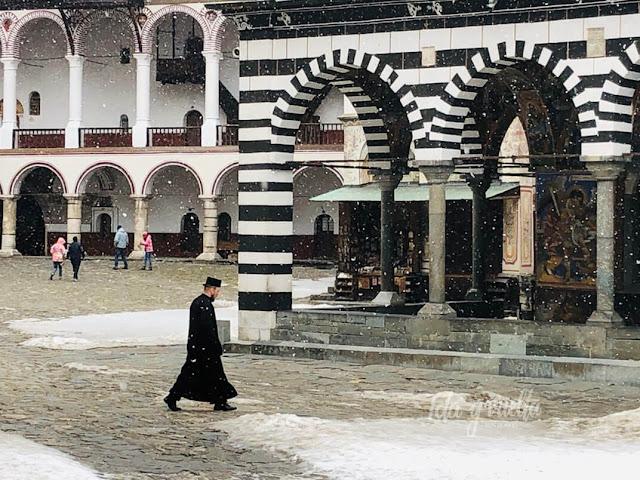 Monasterio de Rila monje en la nieve