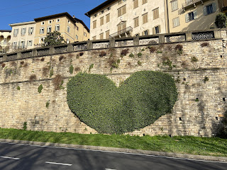 Two famous ivy topiaries on Viale delle Mura in Bergamo's Upper City: the swan and the heart. We begrudgingly admit these are two okay uses of ivy as long as they don't bear fruit.