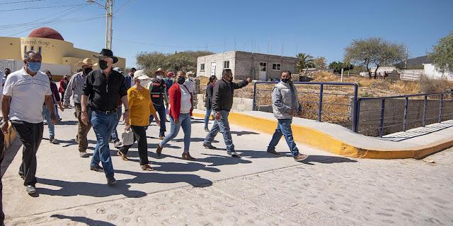 Entrega Enrique Vega infraestructura educativa y obras de urbanización en Atongo