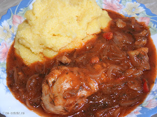 Tocanita de ceapa cu pui si mamaliguta reteta de casa taraneasca cu ardei si sos tomat de bulion retete mancare tocana tocanite traditionale romanesti,