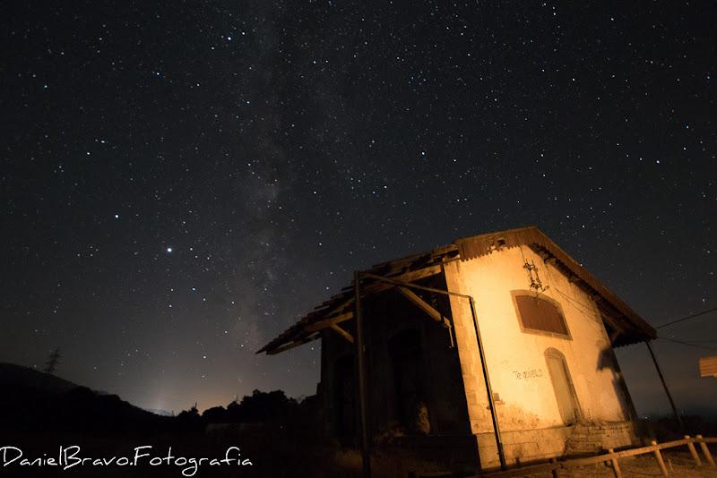 Fotografía utilizada para la realización de la fotografía final de la estación abandonada y la vía láctea. Cielo estrellado con la vía láctea en Aldeanueva del Camino, Cáceres