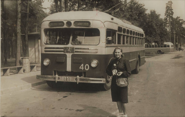Рига. Межапарк. На троллейбусной остановке. Кондуктор троллейбуса MTB-82 Biruta Freiberga