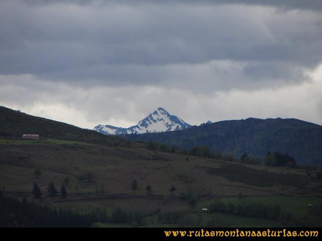 Ruta Ablaña Llosorio:  Vista del pico Torres desde el pico Roíles