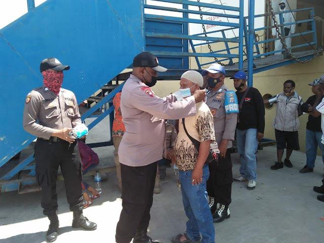 Pengamanan di Masa Pandemi, Personil Polsek KPL Jayapura Bagi Masker di Pelabuhan