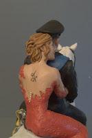 statuine artistiche matrimonio sposa in rosso cake topper elegante orme magiche