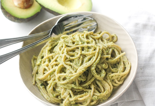 CREAMY AVOCADO BASIL PESTO SPAGHETTI #avocado #creamy #vegan #lunch #noodle