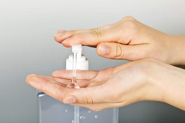 Uso contínuo do álcool gel exige cuidados com a hidratação