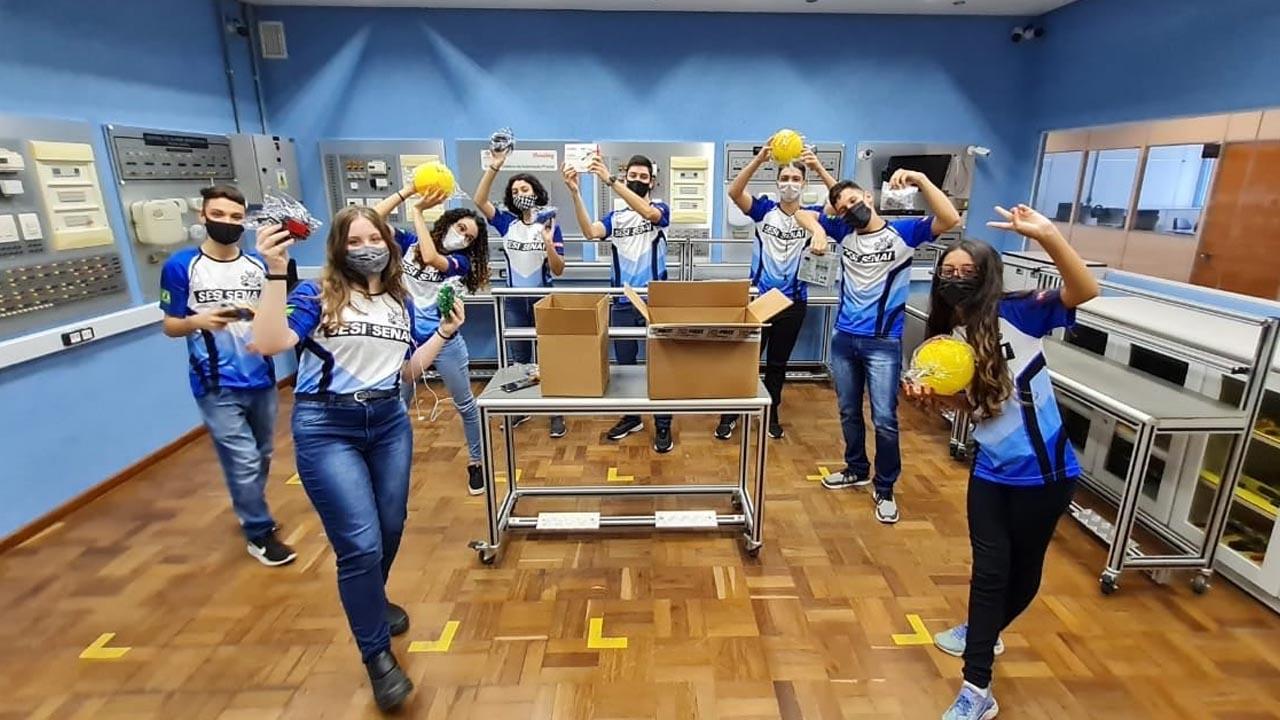 Brasileiros são premiados em competição de robôs gigantes