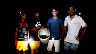 Ngobor mencari ikan di pesisir malam hari