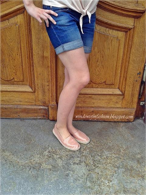 Jeansowe krótkie spodenki, espadryle w kolorze różowego złota