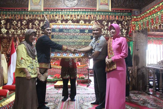 Dianggap Bagian dari Keluarga, AKBP Doni Wahyudi Dilepas di Gedung Dalom Kepaksian Pernong