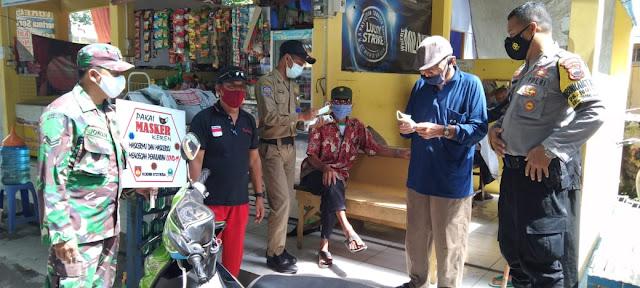 Bersama Polri Dan Satpol PP, Babinsa Koramil O2 Tasikmadu Laksanakan Penegakan Prokes Di Wilayah Kecamatan Tasikmadu