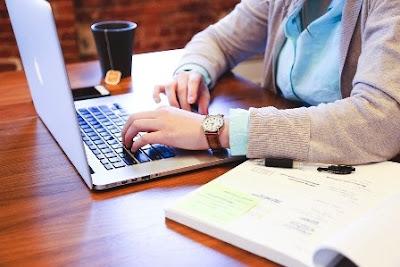 kerja-di-depan-laptop-saat-hamil