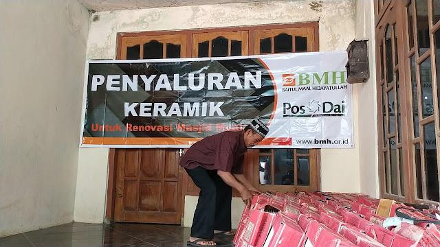 Renovasi Masjid Mualaf Banyuurip Berlanjut, BMH Serahkan Keramik