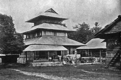 "Sejarah Kota Banda Aceh           Gedung-gedung Tua   Kalau pun di usia 795 sekarang (pada tahun 2000, -red) di Banda Aceh terdapat beberapa bangunan bangunan tua yang telah antik, adalah bangunan-bangunan yang berusia antara 70 sampai 100 tahun, rata-rata dibangun dalam masa kerajaan Aceh telah tiada setelah tahun 1874 M. Kecuali bangunan Masjid Teungku Anjong yang telah beberapa kali direnovasi yang berusia sekitar 300 tahun.  Bangunan-bangunan yang sedikit yang berada di Banda Aceh tersebut adalah Masjid Tgk. Anjong: Bangunan yang telah berusia lebih kurang 300 tahun ini terletak di Peulanggahan. Menurut buku ""Masjid-masjid Bersejarah di Indonesia"" oleh Abdul Baqir Zein, masjid ini dibangun oleh seorang ulama di zaman Sultanan Alaidin Mahmud Syah di abad 18. Ulama karismatik tersebut bernama Syeh Abubakar berasal dari Hadratulmaut (Arab). Kebiasaan dalam masyarakat Aceh, seseorang yang menjadi tokoh, maka masyarakat memberian nama sebagai panggilan akrab, maka Syeh Abubakar diberi nama panggilan akrab Teungku Anjong. Untuk ukuran sekarang bangunan tersebut betul-betul antik dan tercantum dalam sederetan koleksi masjid-masjid tua di Indonesia.  Masjid Raya Baiturrahman   Masjid ini dibangun oleh pemerintah Belanda tahun 1879 dan siap pakai 1881. Ketika itu petingginya adalah Gubernur Militer dan Civil, Letnan Jenderal K. Van"