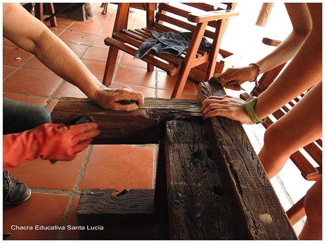 Lijando los bancos - Chacra Educativa Santa Lucía