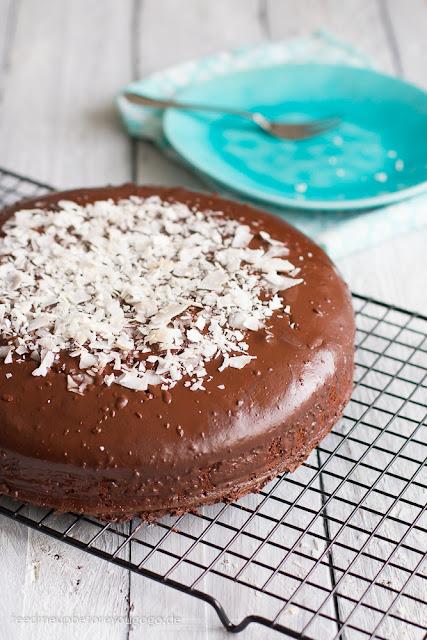 Geburtstagskuchen mit Schokolade und Kokosnuss, wird auch Jamaica-Torte genannt.