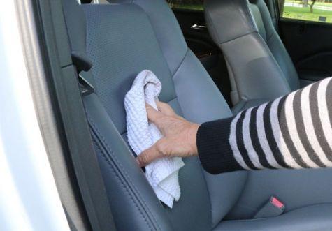 Tự tay làm sạch vết bẩn trên ghế ô tô, tại sao không?